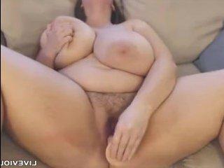 Мастурбирует киску молоденькая толстушка голая