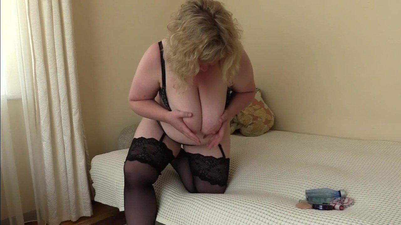 Изнывая от одиночества толстая волосатая бабушка дрочит свою вагину пальчиками