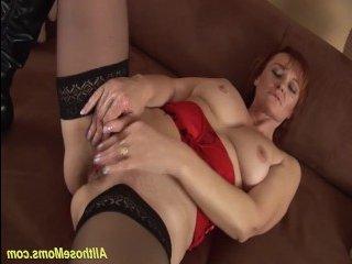 Очаровательная женщина мастурбирует волосатую пизду