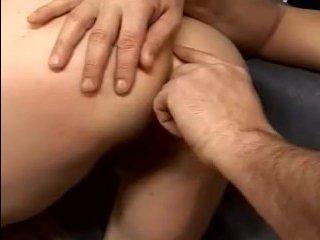 Мужчина пробивает рукой анус и пердолит бабку до оргазма