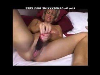 Волосатая толстая пизда мастурбирует большим вибратором