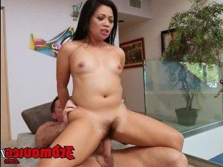Мужчина ебет проститутку дома и кончает ей на язык