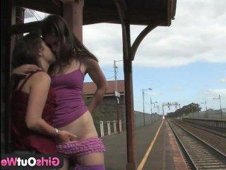 В этом озорном порно молодые лесби трахают друг друга на железнодорожном вокзале